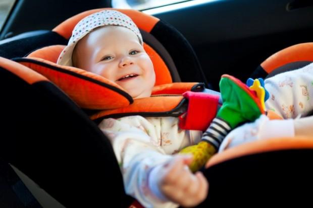 bebe-feliz-no-carro-620x413