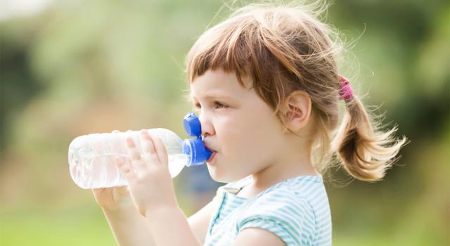 beber-agua-hidratacao-infantil